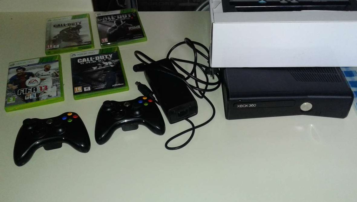 Photo 1 Xbox 360 Slim + 2 manettes + kinect + 4 jeux